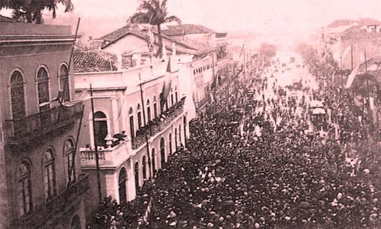 Em 15/11/1890, os cariocas comemoraram o primeiro aniversário da República diante do palácio do governo