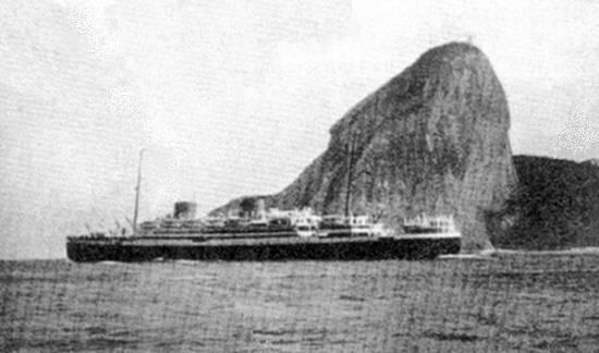 O 'Asturias' em 1932, passando defronte ao Pão de Açúcar, no Rio de Janeiro